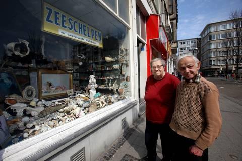 Diana Pierre en Leopold Vanhoeck bij de kleurrijke etalage van hun schelpenwinkel. - Benny Proot