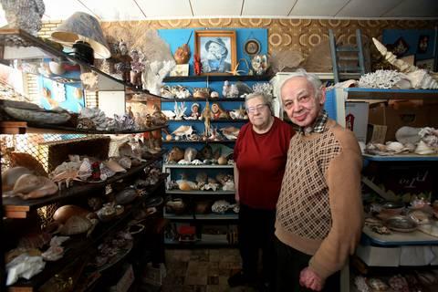 Diana Pierre en Leopold Vanhoeck in hun schelpenwinkel. - Benny Proot
